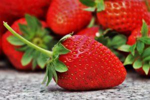 Manger des fraises pour le bronzage
