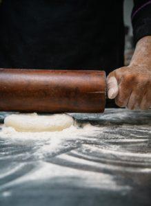abaisser la pâte de la tourte de noël